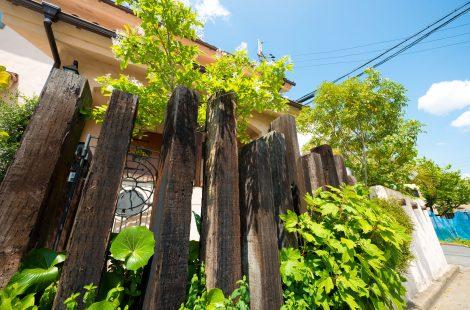 生活スペースの真ん中にデッキのある庭
