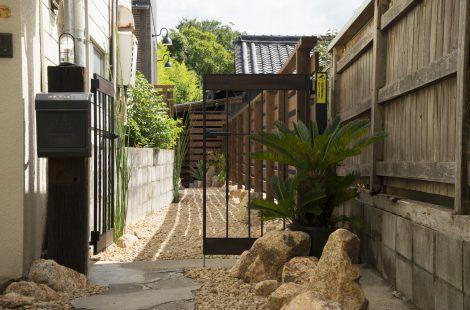 生駒山を見渡せる路地裏の家