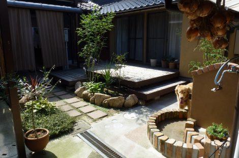 中庭にオープンデッキのある庭