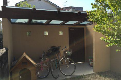 自転車置き場とガレージのある庭